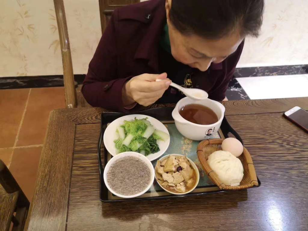 喝食疗汤到现在一年多,高阿姨已经一年没去过医院了 第1张